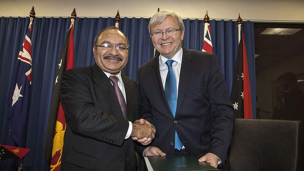 PNG Prime Minister Peter O'Neill and Australian Prime Minister Kevin Rudd at the signing of the new PNG asylum deal