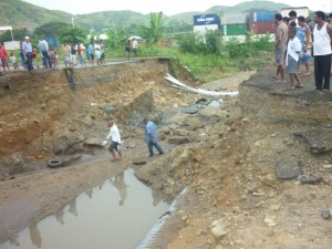 Locals inspect the damage to the Poreporena Freeway, Port Moresby, March 2012