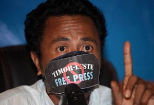 José Belo wears a gag at a Media Law Seminar in Dili hosted by the Secretary for Communication. Image - Jornal Independente.