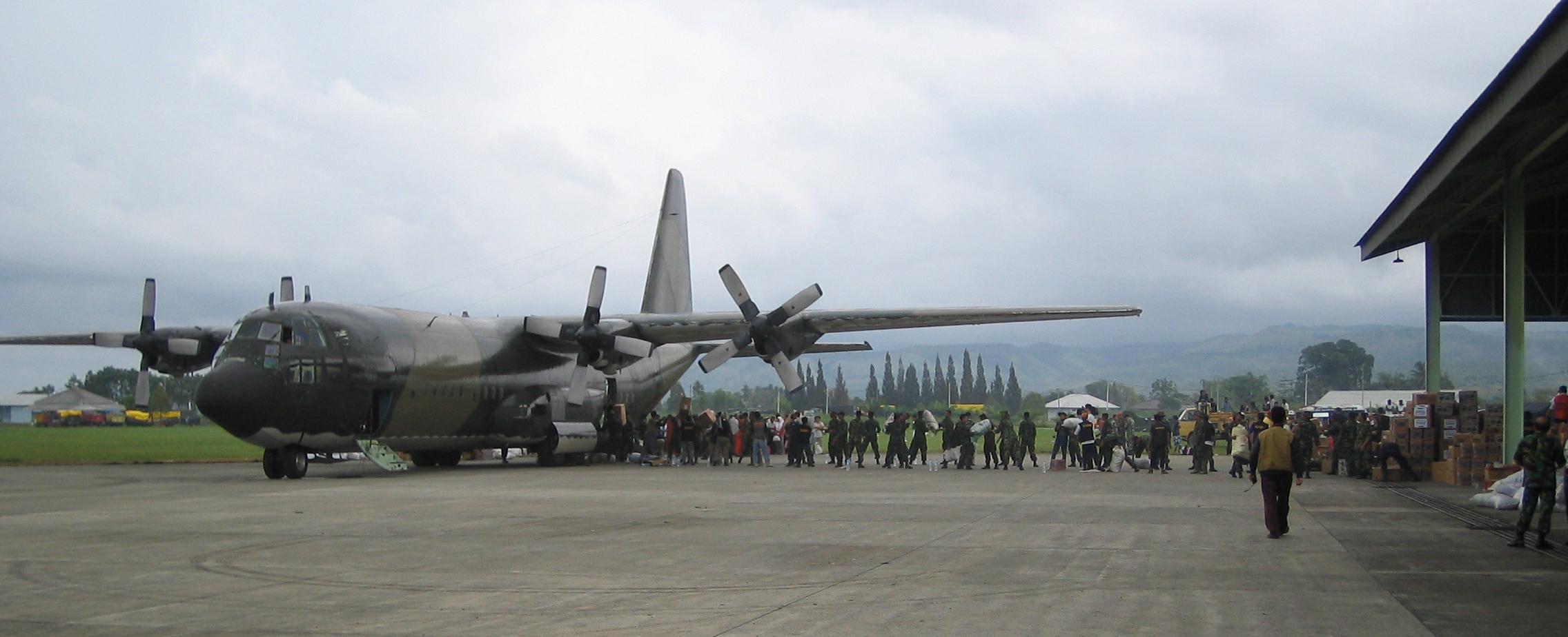 RAAF C-130 Hercules unloading, Banda Aceh
