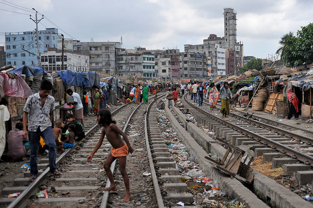 Homes beside the railroad tracks, Dhaka, Bangladesh (Flickr/ADB CC BY-NC-ND 2.0)