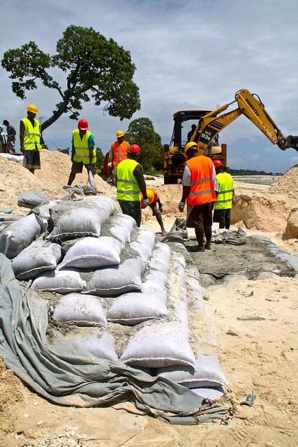 Kiribati KAPII Seawall - Bariki Nanikaai Causeway (Flickr/Global Environment Facility/Carlo Iacovino CC BY-NC-SA 2.0)