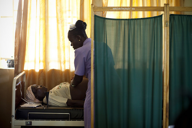 Student midwife examining a pregnant woman in Sierra Leone (Flickr/H6 Partners/Abbie Trayler-Smith CC BY-NC-ND 2.0)
