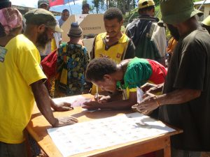 A voter marks her ballot during the 2012 elections in the PNG highlands (Flickr/Commonwealth Secretariat/Treva Braun CC BY-NC-ND 2.0)