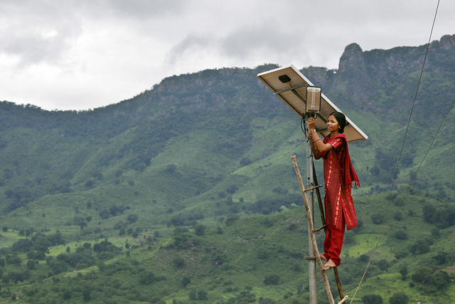 Meenakshi Dewan tends to maintenance work on the solar street lighting in her village of Tinginaput, India (Abbie Trayler-Smith/Panos Pictures/DFID/Flickr CC BY-NC-ND 2.0)