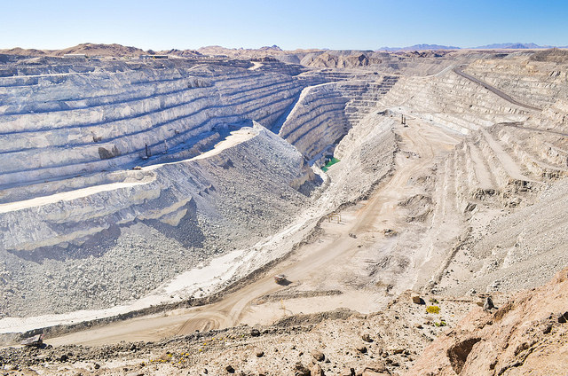 Open pit of the Rio Tinto Rossing uranium mine, Namibia - June 2013 (jbdodane/Flickr CC BY NC 2.0)