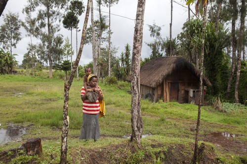Mother and child displaced by tribal violence (Jesse Boylan/ICRC)