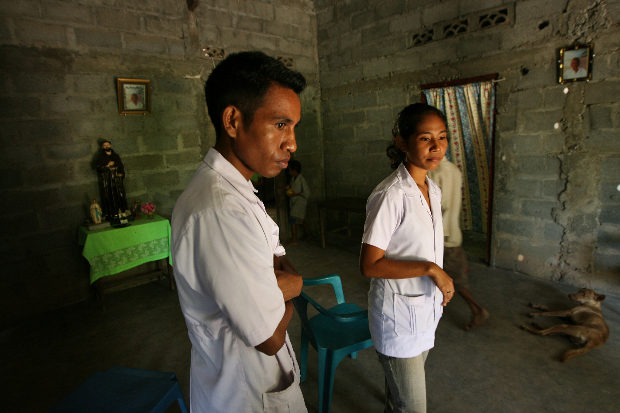 Trainee doctor visits a residence to talk about importance of sanitation (Dean Sewell/oculi/Agence Vu for WaterAid/DFAT/Flickr/CC BY 2.0)