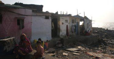 Slum near Banganga Tank in Malabar Hill, Mumbai (Jeremy Higgs/Flickr/CC BY-NC-ND 2.0)