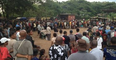 A mediation ceremony in a Port Moresby settlement in 2013, several months after a violent incident between two people from different ethnic groups (Credit: Michelle Rooney)