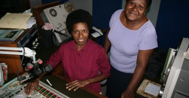 Staff in the Lae studios of the National Broadcasting Corporation of Papua New Guinea (Jacqueline Smart Ferguson/AusAID/Flickr CC BY 2.0)