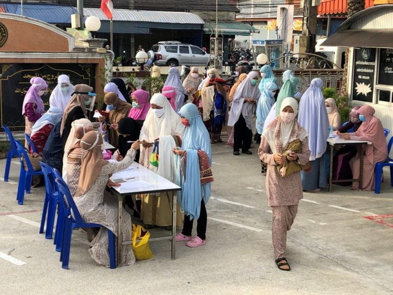 Muslim women in Thailand's Yala province queuing for seat designation at the Central Mosque for a mass prayer at the end of Ramadan (Photo: Don Pathan)