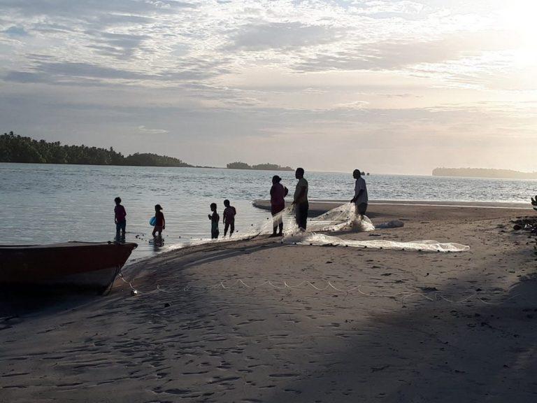 Family fishing on Funafala, Tuvalu (Credit: Carol Farbotko)