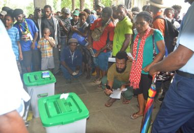 People gather for the 2017 PNG elections (Terence Wood)