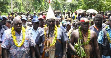 Bougainville President Ishmael Toroama (centre) at a reconciliation ceremony in Tonu